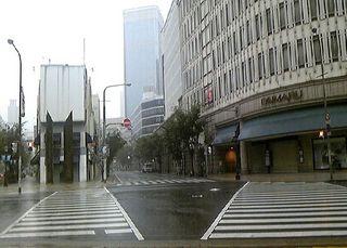 雨の神戸大丸交差点前.jpg